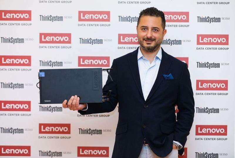Lenovo Türkiye DCG Ülke Müdürü Burç San ve Lenovo ThinkSystem SE350 sunucu